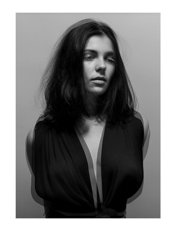 portrait femme vibrante photographie en noir et blanc