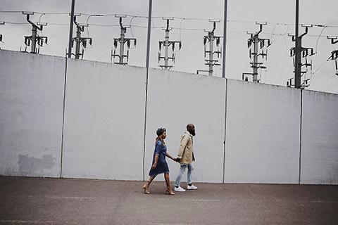 fashion urban photographie Couple Bloggeur  marchant sur un terrain de basquet Paris