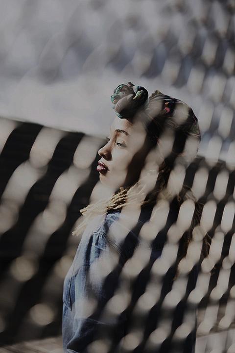 Portrait au travers un grillage fashion urban photographie Bloggeur Paris Couleur