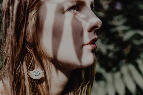 Fashion photographie pour la marque de bijoux Foxy M.A. .Portrait Boucle d'oreilles Couleur et jeux d'ombres dans la foret.