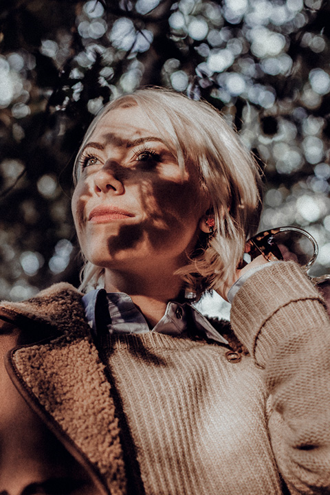 Fashion photographie de la Blogueuse Cécile Na . Jeux de lumière dans la forêt pour un partenariat avec la marque Gérard Darel.