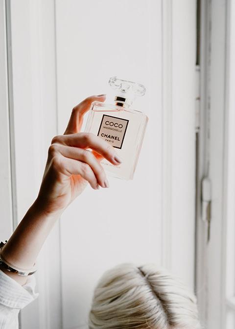 Nature morte du flacon COCO Mademoiselle. Photographie de la Blogueuse Cécile Na pour un partenariat avec la marque Chanel.