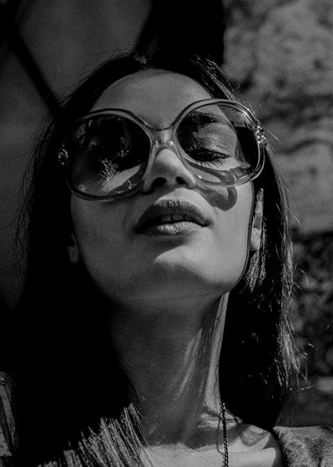 Fashion photographie pour la marque Vintage Les Flaneuses .Portrait Noir et Blanc dans les ruelles de Eze Villages.