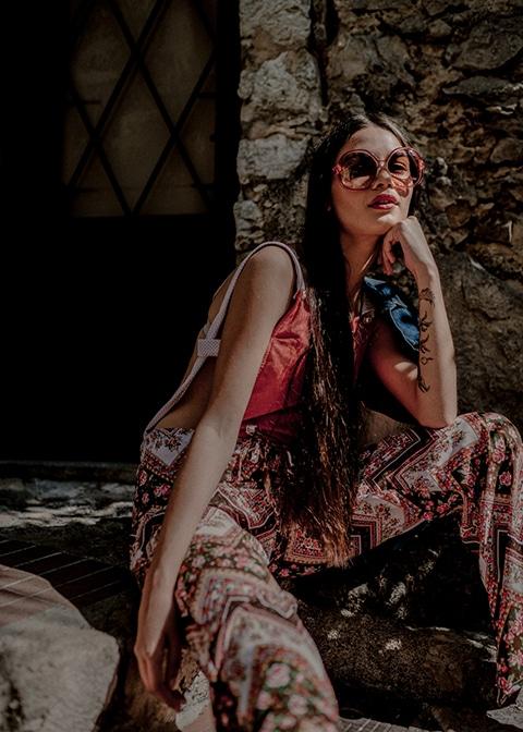 Fashion photographie pour la marque Vintage Les Flaneuses .Portrait Couleur dans les ruelles de Eze Villages.