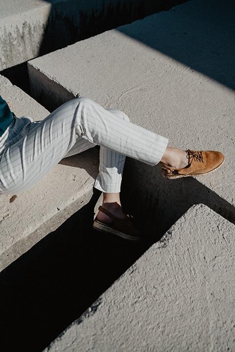 détail jambe et chaussure fashion urban photographie Bloggeur sur roche graphique Côte d'azur