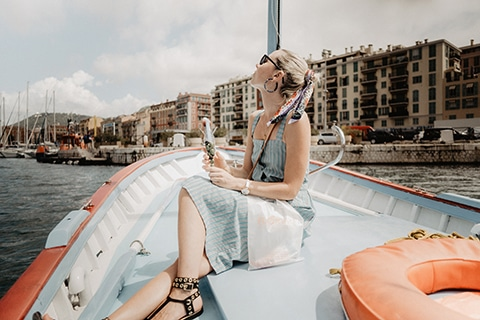 Photographie Lifestyle  avec la Blogueuse Cécile Na pour la CCI Nice Côte d'azur. Balade en mer autour du port de Nice.