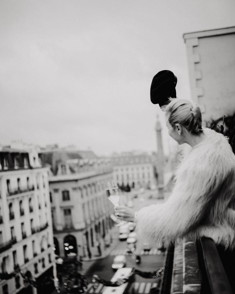 fashion photographie Noir et Blanc Portrait Bloggeur pour l' Hotel Hyatt Vendôme, vue sur la place Vendôme.