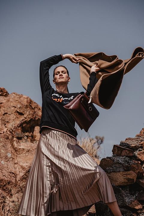 fashion photographie campagne hivers  mannequin femme  urbaine posant entre les rochers sauvages de la côte d'azur