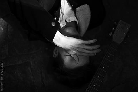 Portrait  du chanteur Eliott de Vry sur les quais de Paris musique
